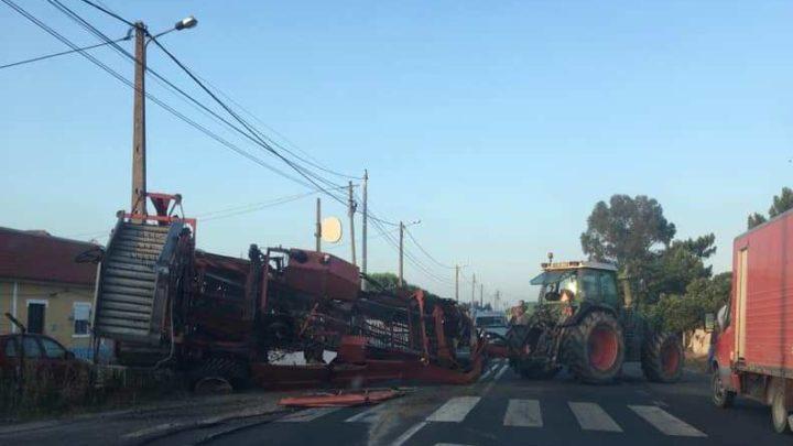 Despiste de máquina agrícola bloqueou EN 118 em Benavente