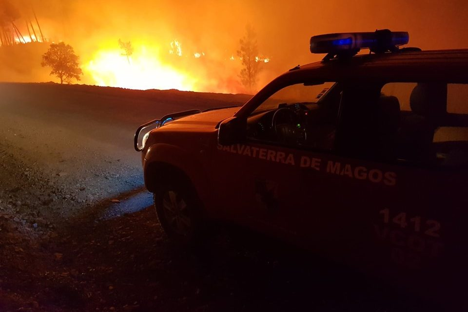 Quarenta operacionais e um meio aéreo combateram incêndio na Várzea Fresca