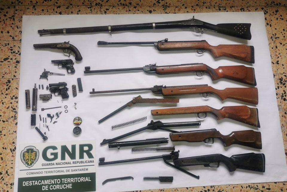 Mulher denuncia agressões e leva GNR a deter homem e apreender arsenal de armas em Muge