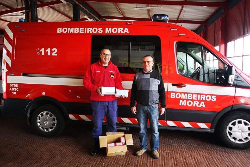Empresário da restauração doa material de protecção aos Bombeiros de Mora