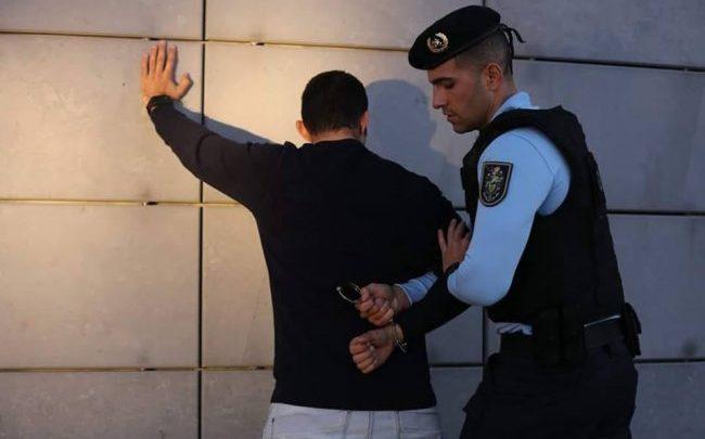 Casal em prisão preventiva após roubo a jovem em Coruche