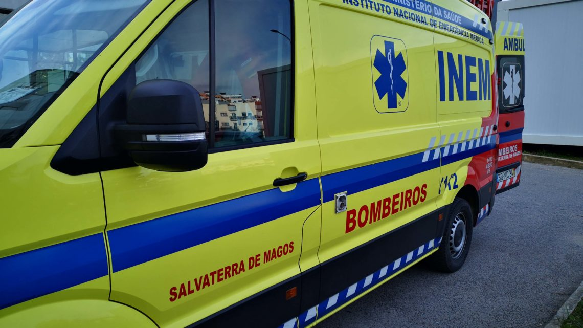 Autocarro colide com carro e provoca 1 ferido grave nos Foros de Salvaterra