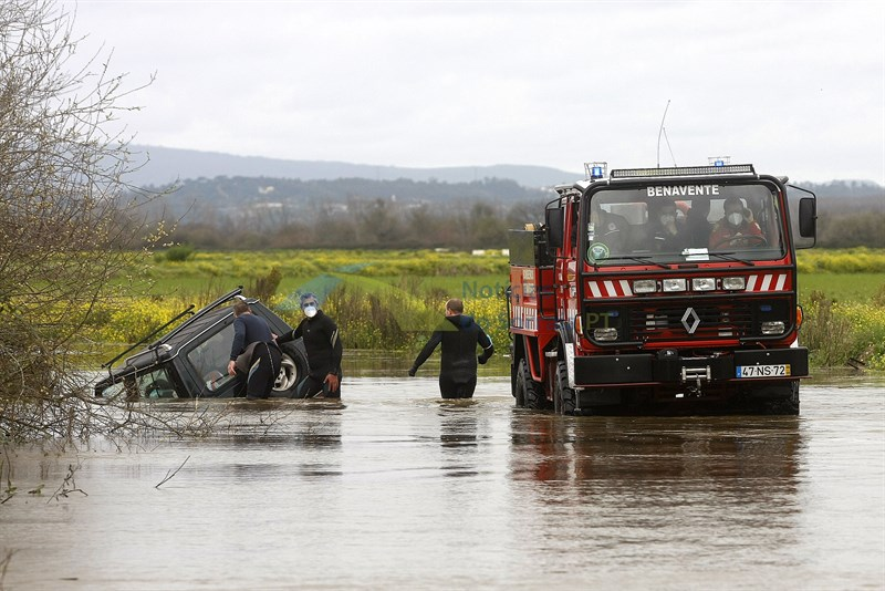 Condutores desafiam rio Sorraia e 5 acabam resgatados pelos bombeiros. 2 Pessoas transportadas ao hospital (Com Fotos)